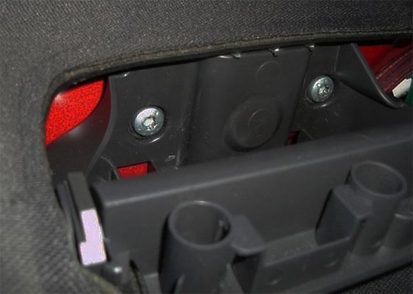 VW-Golf-V-Türverkleidung-zwei-Schrauben-unter-dem-Fensterheber