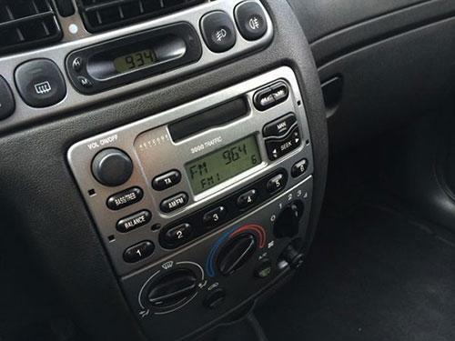 Ford-Fiesta-radio-2003