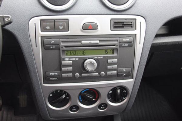 Ford-Fusion-Autoradio-2009
